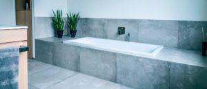 Badewanne mit Schürze oder Fliesen? Badewannenverkleidungen im Überblick