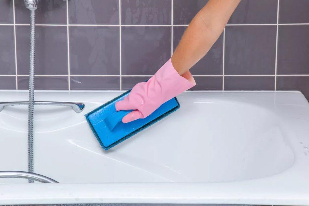 Kratzer aus Acryl-Badewanne durch Polieren entfernen